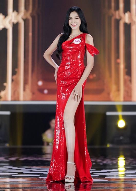 Đỗ Thị Hà có cả tá trang phục khoe dáng nhưng sau tất cả, váy đỏ mới là chân ái - Ảnh 1