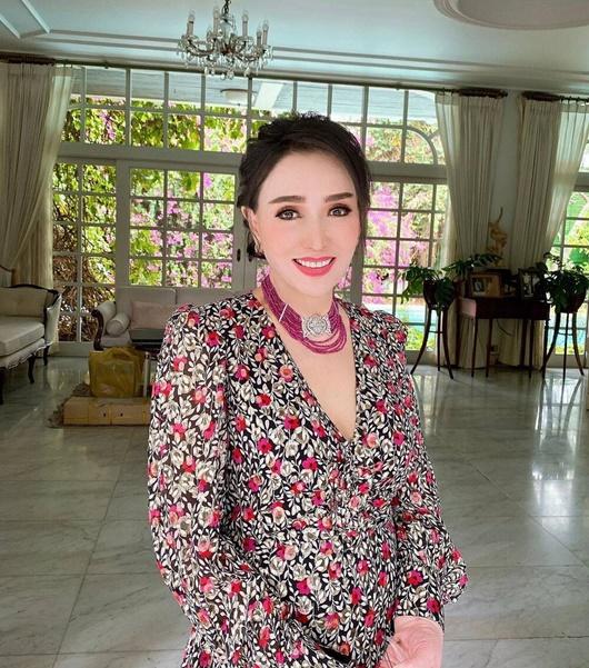 Vẻ trẻ đẹp khó tin ở tuổi 74 của Hoa hậu Hoàn vũ Thái Lan khiến dân mạng choáng váng - Ảnh 3
