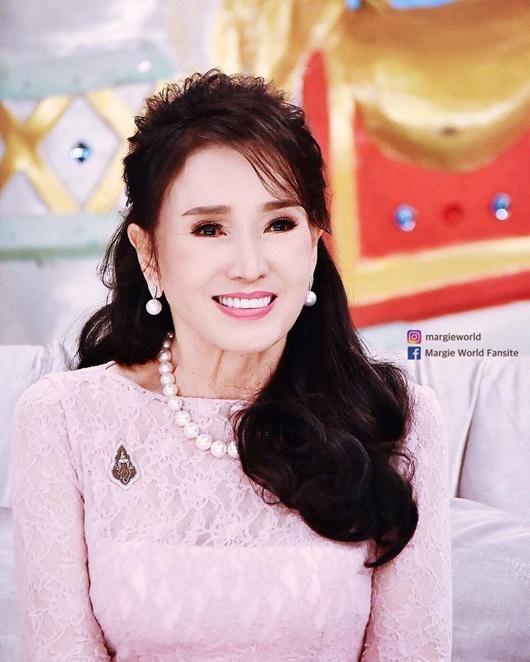 Vẻ trẻ đẹp khó tin ở tuổi 74 của Hoa hậu Hoàn vũ Thái Lan khiến dân mạng choáng váng - Ảnh 4
