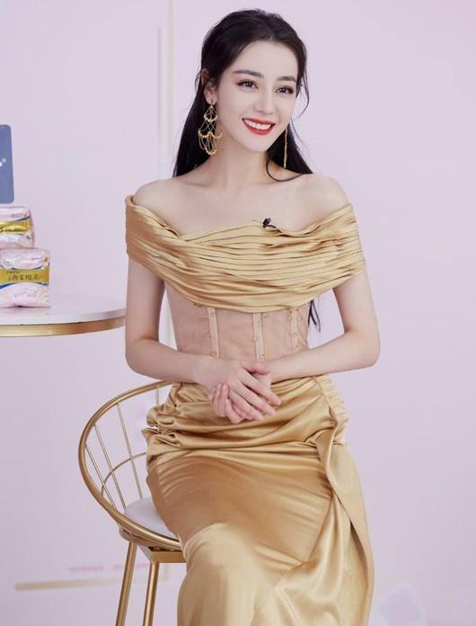 """Chỉ với 1 bộ váy, Địch Lệ Nhiệt Ba chứng minh """"mỹ nhân có đường cong đáng ngưỡng mộ nhất Cbiz"""" không phải nói chơi - Ảnh 8"""