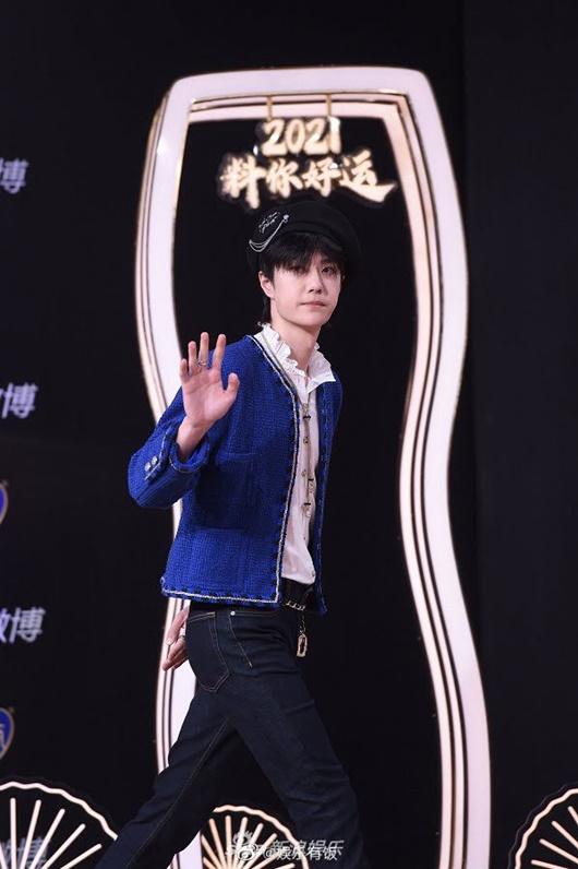 """""""Cú ngoặt"""" đáng kinh ngạc của Vương Nhất Bác ở Đêm hội Weibo khiến fan choáng váng không biết làm sao cho phải - Ảnh 1"""