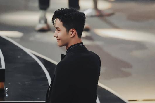"""""""Cú ngoặt"""" đáng kinh ngạc của Vương Nhất Bác ở Đêm hội Weibo khiến fan choáng váng không biết làm sao cho phải - Ảnh 8"""