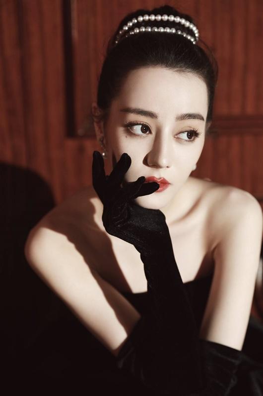 """Địch Lệ Nhiệt Ba """"càn quét"""" thảm đỏ Đêm hội Weibo với 2 tạo hình kinh diễm khác biệt - Ảnh 10"""
