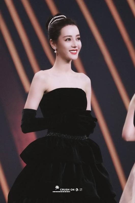 """Địch Lệ Nhiệt Ba """"càn quét"""" thảm đỏ Đêm hội Weibo với 2 tạo hình kinh diễm khác biệt - Ảnh 6"""