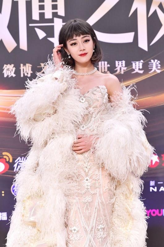 """Địch Lệ Nhiệt Ba """"càn quét"""" thảm đỏ Đêm hội Weibo với 2 tạo hình kinh diễm khác biệt - Ảnh 1"""