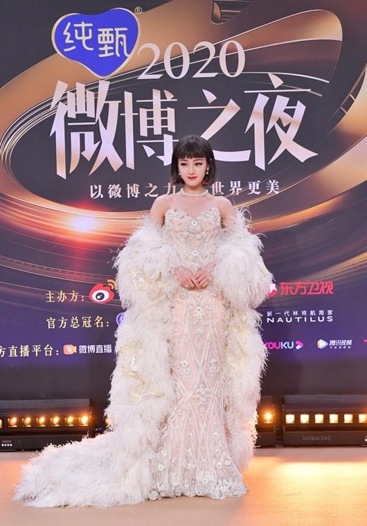 """Địch Lệ Nhiệt Ba """"càn quét"""" thảm đỏ Đêm hội Weibo với 2 tạo hình kinh diễm khác biệt - Ảnh 2"""