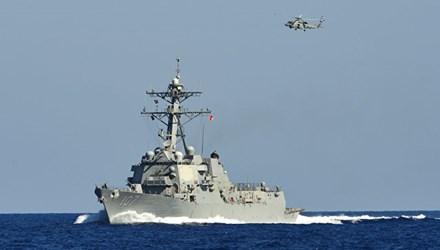 Tàu khu trục Mỹ bị tấn công ngoài khơi Yemen - Ảnh 1