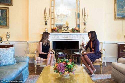 Bà Melania Trump gặp Đệ nhất phu nhân Michelle Obama tại Nhà Trắng - Ảnh 1