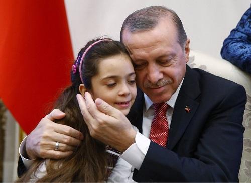 """Tổng thống Thổ Nhĩ Kỳ xúc động khi gặp bé gái """"hiện tượng Syria"""" - Ảnh 1"""