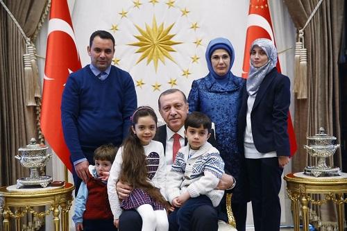"""Tổng thống Thổ Nhĩ Kỳ xúc động khi gặp bé gái """"hiện tượng Syria"""" - Ảnh 3"""