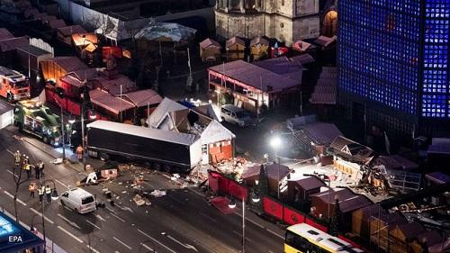 Hé lộ video ghi lại cảnh xe tải tốc độ 64km/h lao vào chợ Giáng sinh Đức - Ảnh 1