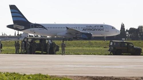 Không tặc đầu hàng sau 5 giờ đấu trí, 118 người ra khỏi máy bay - Ảnh 1