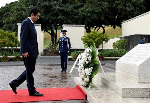 Nhật Bản: Thủ tướng thăm đài tưởng niệm Hawaii trước khi đến Trân Châu Cảng - Ảnh 2