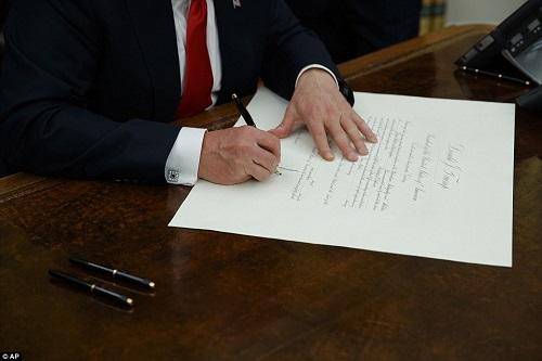 Tổng thống Donald Trump ký sắc lệnh đầu tiên, bãi bỏ di sản của ông Obama - Ảnh 1
