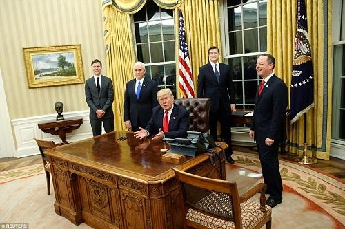 Lịch trình ba ngày đầu tiên làm việc của Tổng thống Donald Trump - Ảnh 2