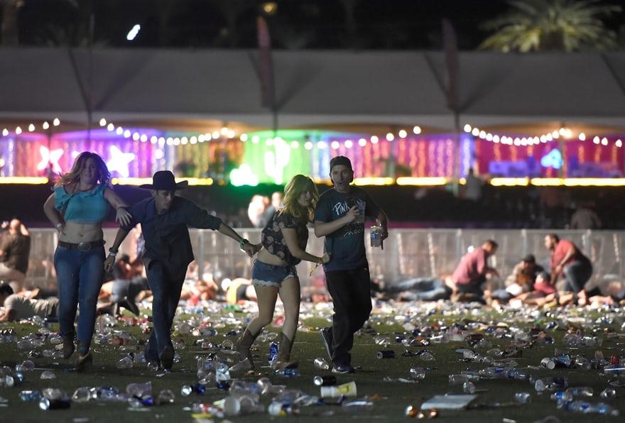 Hiện trường kinh hoàng vụ xả súng làm ít nhất 250 người thương vong ở Las Vegas - Ảnh 8
