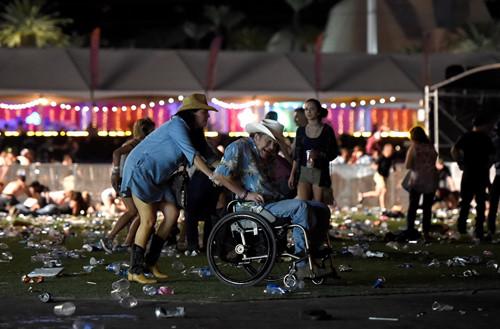 'Trút đạn như mưa' vào khu sòng bài Las Vegas, ít nhất 250 người thương vong - Ảnh 8