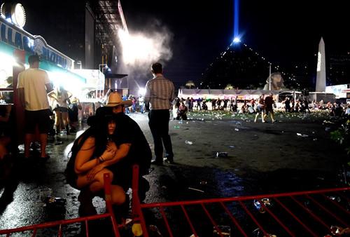 'Trút đạn như mưa' vào khu sòng bài Las Vegas, ít nhất 250 người thương vong - Ảnh 9