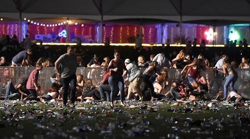 Hiện trường kinh hoàng vụ xả súng làm ít nhất 250 người thương vong ở Las Vegas - Ảnh 2