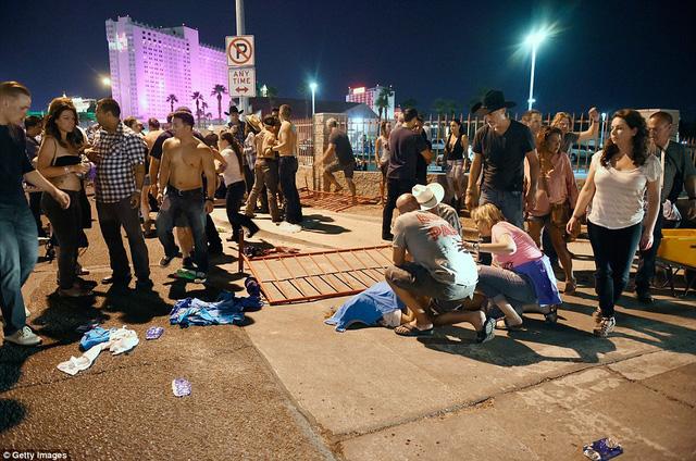 Hiện trường kinh hoàng vụ xả súng làm ít nhất 250 người thương vong ở Las Vegas - Ảnh 4