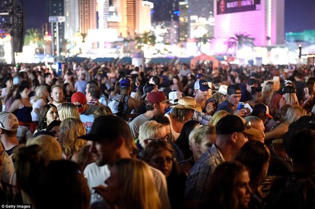 Hiện trường kinh hoàng vụ xả súng làm ít nhất 250 người thương vong ở Las Vegas - Ảnh 5
