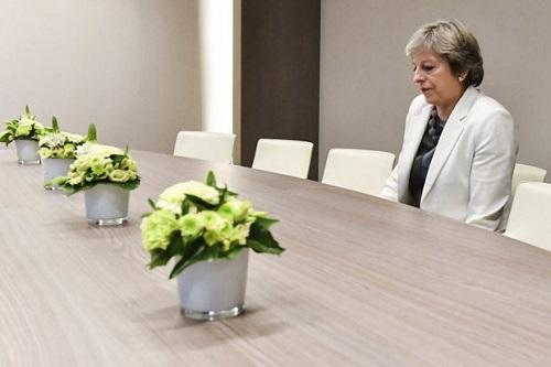 Thủ tướng Anh ngồi 1 mình trong phòng họp gây xôn xao mạng xã hội - Ảnh 1
