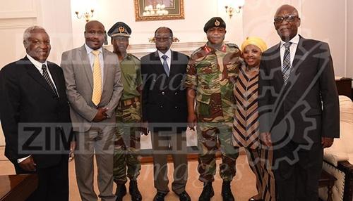 Hình ảnh đầu tiên của tổng thống Zimbabwe sau khi bị quản thúc - Ảnh 2