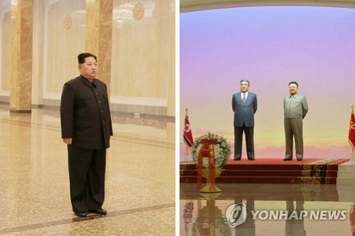 """Ông Kim Jong-un viếng lăng cha, cam kết """"chiến đấu vì đất nước hùng mạnh"""" - Ảnh 1"""