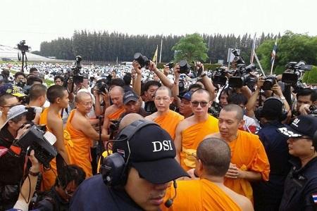 Sư chùa Thái Lan yêu cầu tiếp tế lương thực sau khi bị bao vây - Ảnh 1