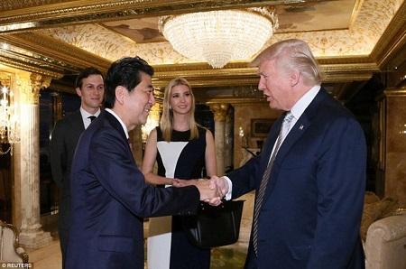 Tổng thống Donald Trump sẽ chơi golf với Thủ tướng Shinzo Abe - Ảnh 1