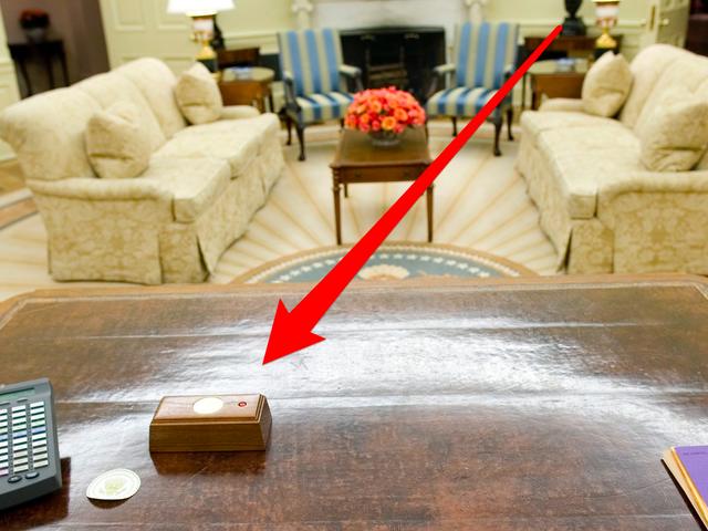 Giải mã chiếc nút đỏ trên bàn làm việc của Tổng thống Trump - Ảnh 1