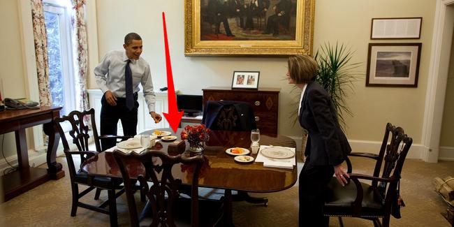 Giải mã chiếc nút đỏ trên bàn làm việc của Tổng thống Trump - Ảnh 2