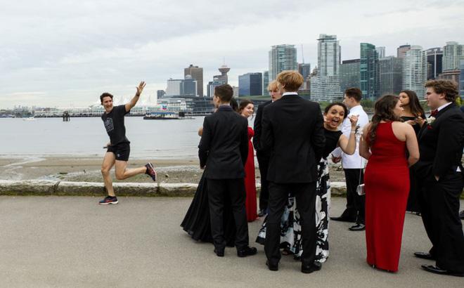 24h qua ảnh: Thủ tướng Canada chạy bộ trên phố như thường dân - Ảnh 2