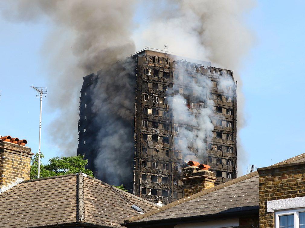 Bàng hoàng hình ảnh tòa tháp 27 tầng ở London sau khi ngọn lửa thui rụi - Ảnh 18
