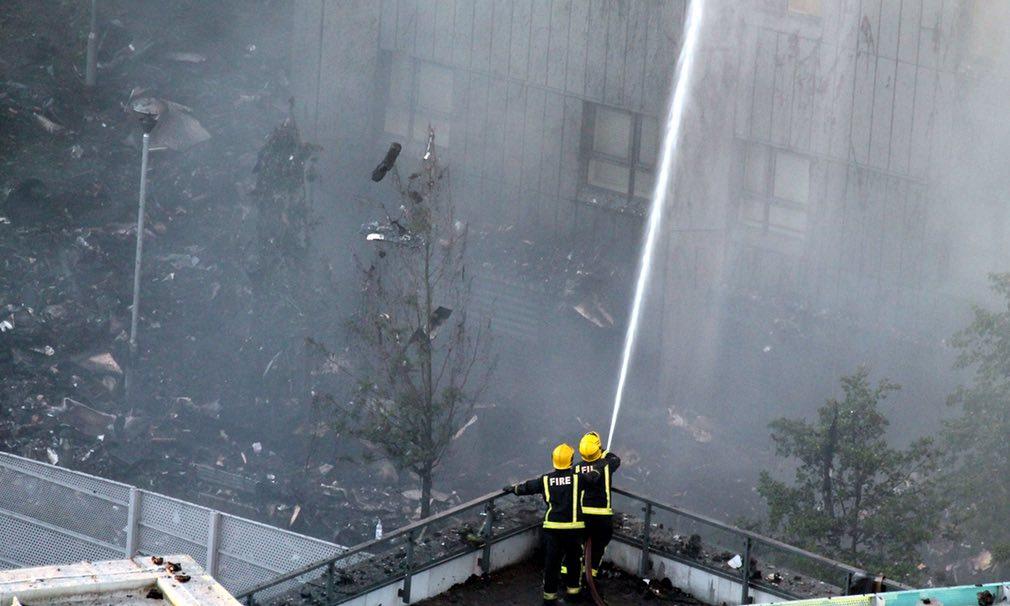 Bàng hoàng hình ảnh tòa tháp 27 tầng ở London sau khi ngọn lửa thui rụi - Ảnh 17