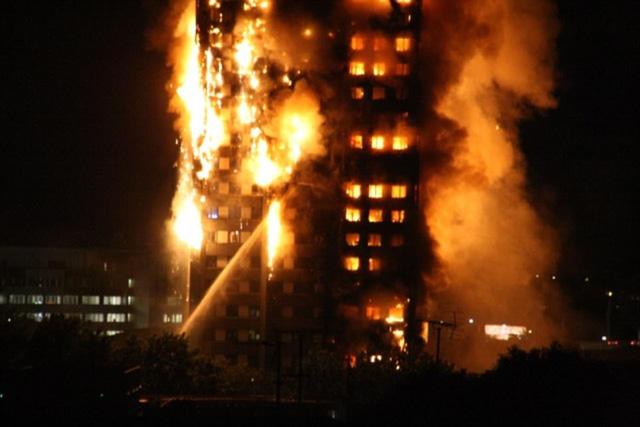 Bàng hoàng hình ảnh tòa tháp 27 tầng ở London sau khi ngọn lửa thui rụi - Ảnh 4