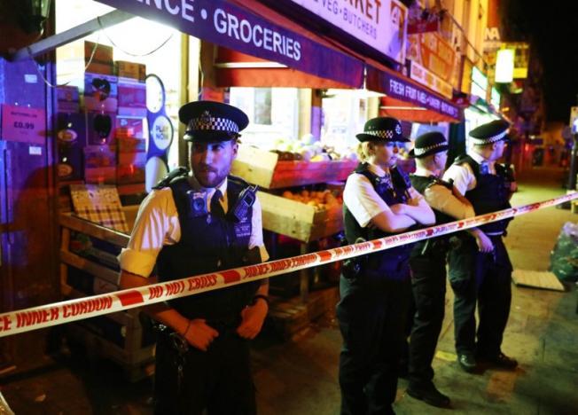 Xe tải lao vào đám đông người Hồi giáo, nhiều người thương vong ở London, Anh - Ảnh 1