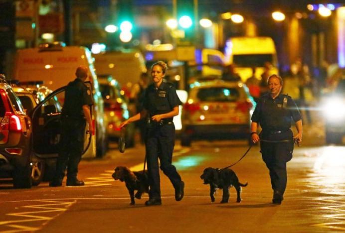 Xe tải lao vào đám đông người Hồi giáo, nhiều người thương vong ở London, Anh - Ảnh 2