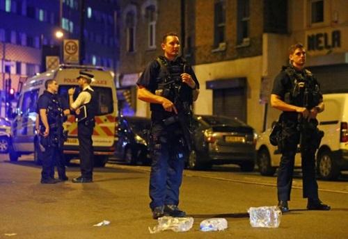 Xe tải lao vào đám đông người Hồi giáo, nhiều người thương vong ở London, Anh - Ảnh 3