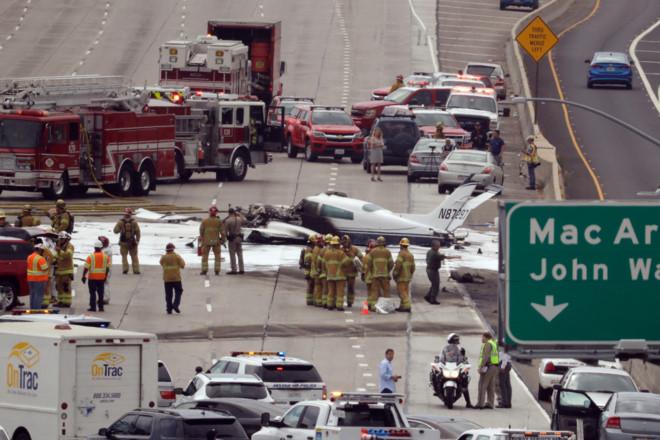 Máy bay bốc cháy kinh hoàng khi lao xuống đường cao tốc tại Mỹ - Ảnh 3