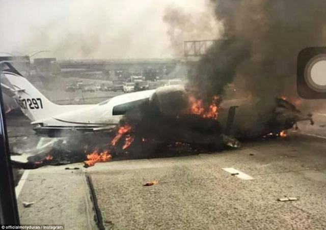 Máy bay bốc cháy kinh hoàng khi lao xuống đường cao tốc tại Mỹ - Ảnh 1