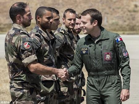 Tổng thống Pháp diện đồ phi công thăm căn cứ không quân - Ảnh 1