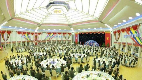 Triều Tiên mở tiệc mừng vụ phóng tên lửa có thể phóng tới New York - Ảnh 1