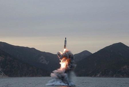 Triều Tiên có dấu hiệu chuẩn bị thử tên lửa đạn đạo phóng từ tàu ngầm - Ảnh 1