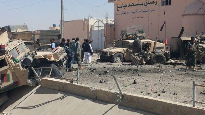 Đánh bom liều chết ngay sau xe quân đội Afghanistan, 13 người chết - Ảnh 1