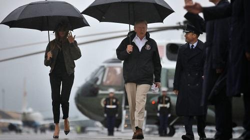 Vợ Tổng thống Trump bị chỉ trích vì đi giày cao gót đến thăm vùng tâm bão - Ảnh 2