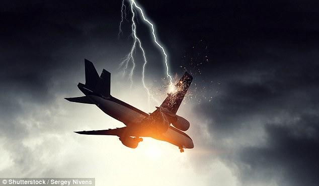 Máy bay bị sét đánh thủng gần 50 lỗ vẫn bay tiếp 9 giờ - Ảnh 1
