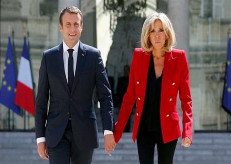 """Gần 200.000 người Pháp phản đối ông Macron trao chức danh """"Đệ nhất Phu nhân"""" cho vợ - Ảnh 1"""