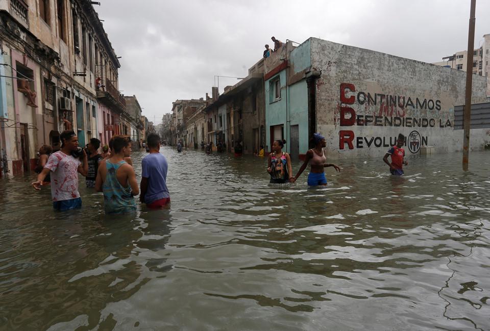 Bão Irma gây sóng cao 6 m, biến thủ đô Cuba thành 'bể nước lớn' - Ảnh 1