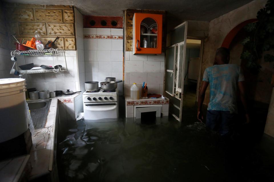 Bão Irma gây sóng cao 6 m, biến thủ đô Cuba thành 'bể nước lớn' - Ảnh 5